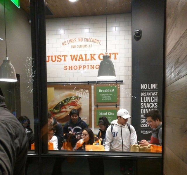 У торговому залі є спеціально зона, де можна відразу пообідати тільки що придбаними продуктами