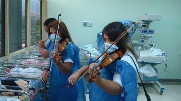 Скрипальки у пологовому будинку