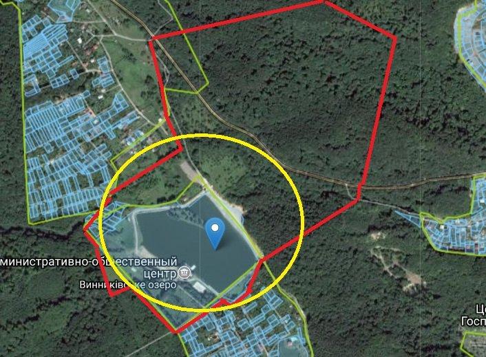 На карті нижче червоним відмічено проектовану ділянку, а жовтим – місце нових об'єктів. Водночас частина нових об'єктів зображена за межами наразі наданої в суборенду «Академія Футболу» землі.