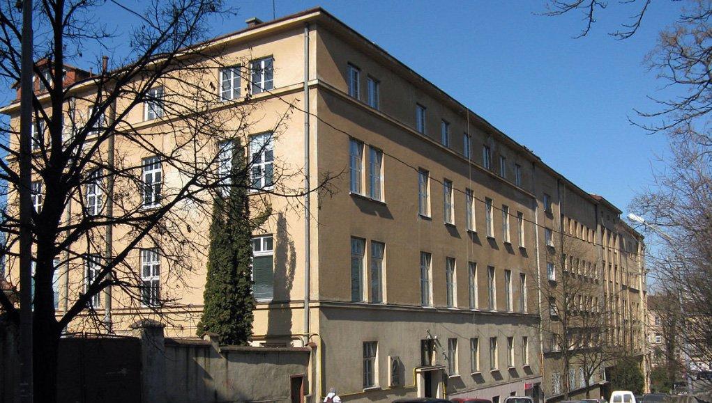 Комплекс будинків «Народної лічниці» (передній план) і поліклініки 3-ої міської лікарні