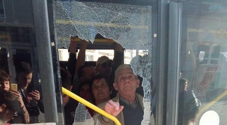 Пасажири розтрощили двері автобуса