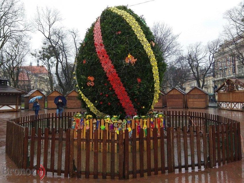Фото дня: у Львові встановили головну писанку міста