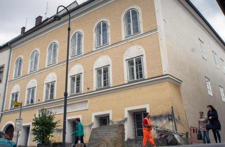 У будинку на Зальцбургер-форштадт, 15 в місті Браунау-ам-Інн батьки Гітлера прожили три тижні
