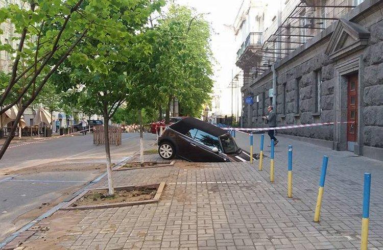 Припаркований на тротуарі кабріолет провалився під землю