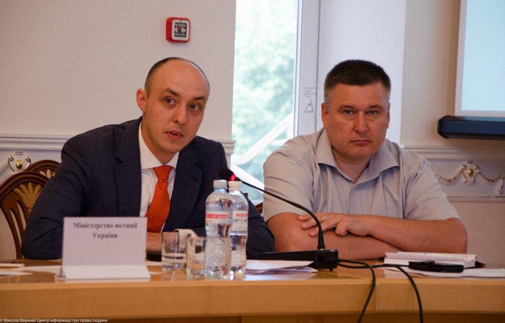 Владислав Власюк (зліва) — генеральний директор Директорату з прав людини, доступу до правосуддя та правової обізнаності Міністерства юстиції