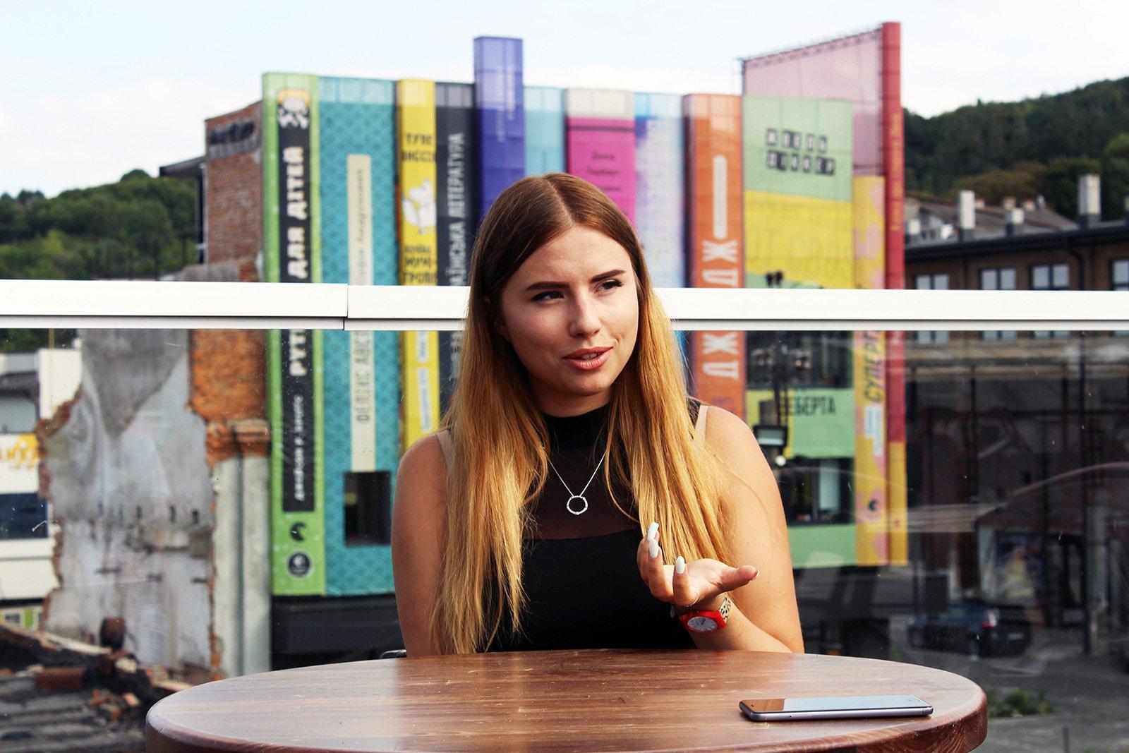 Співачка Ксенія Нема — за освітою архітекторка, працювала дизайнеркою інтер'єру, графічною дизайнеркоюу, озвучувала рекламк, у 24 стати поп-авторкою