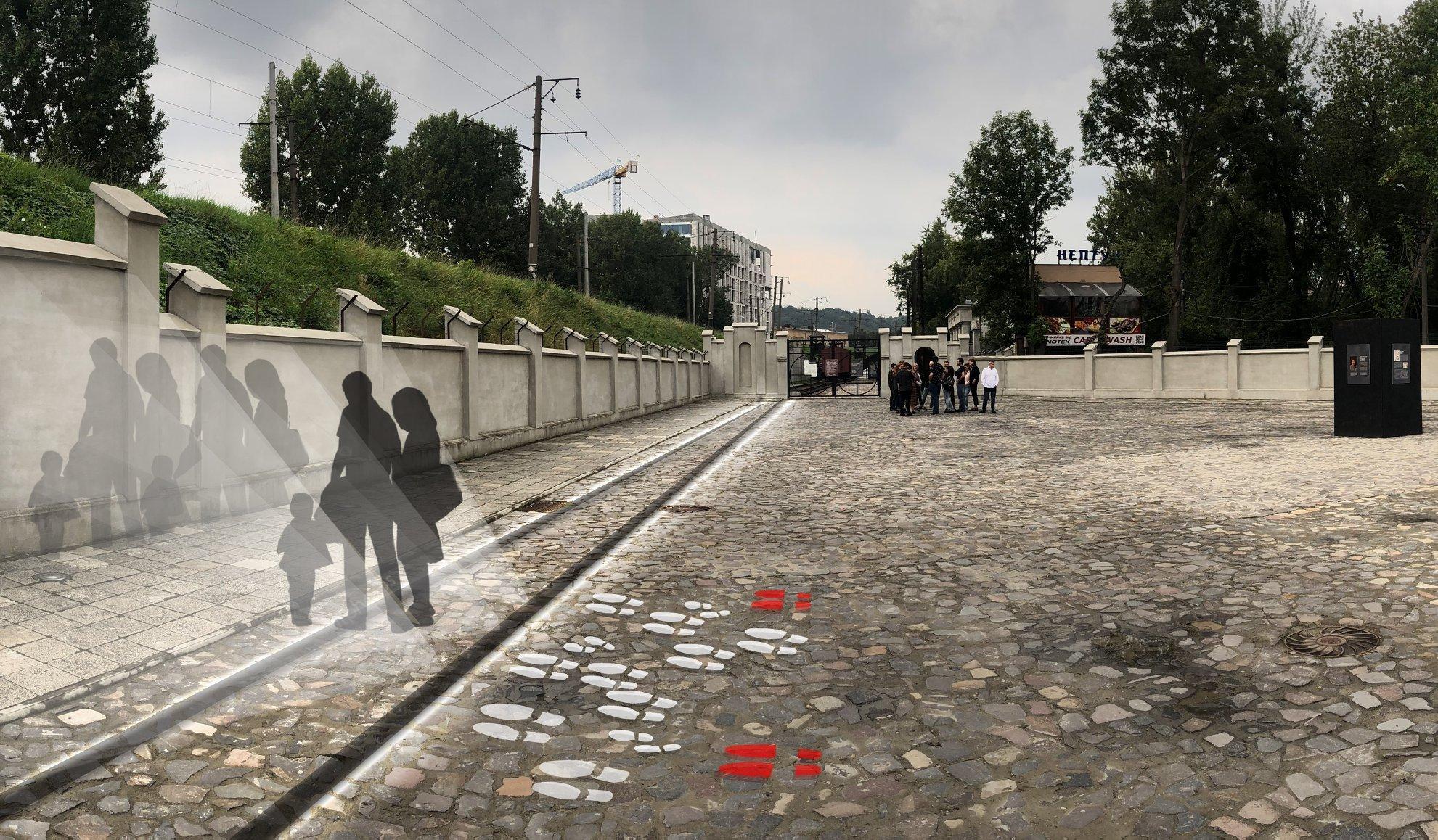 Продовження рейок на площу перед воротами