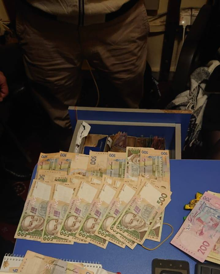 Оперативники зафіксували передачу першої частини хабара на банківську картку зловмисника. На передачу основної частини у гривнях медик прислав свого знайомого-посередника