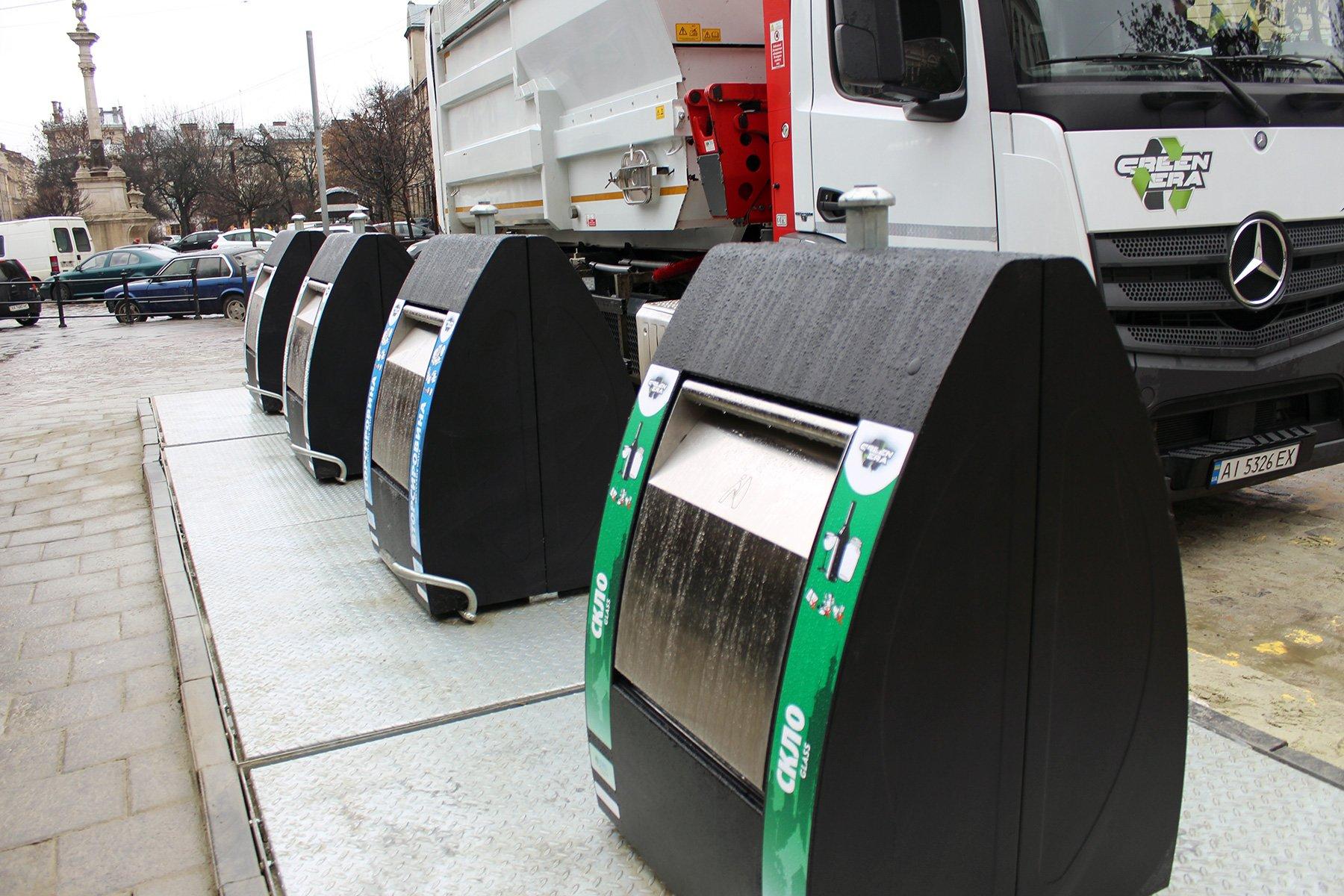 У Львові встановили перші підземні контейнери для сміття