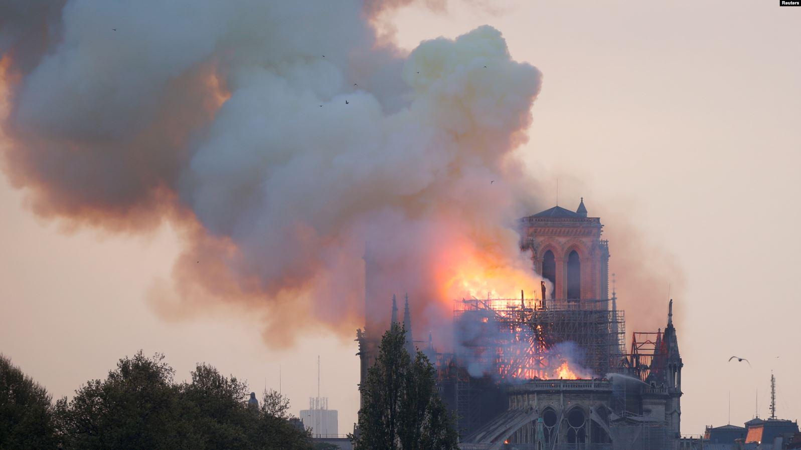 У соборі Паризької Богоматері сталася пожежа