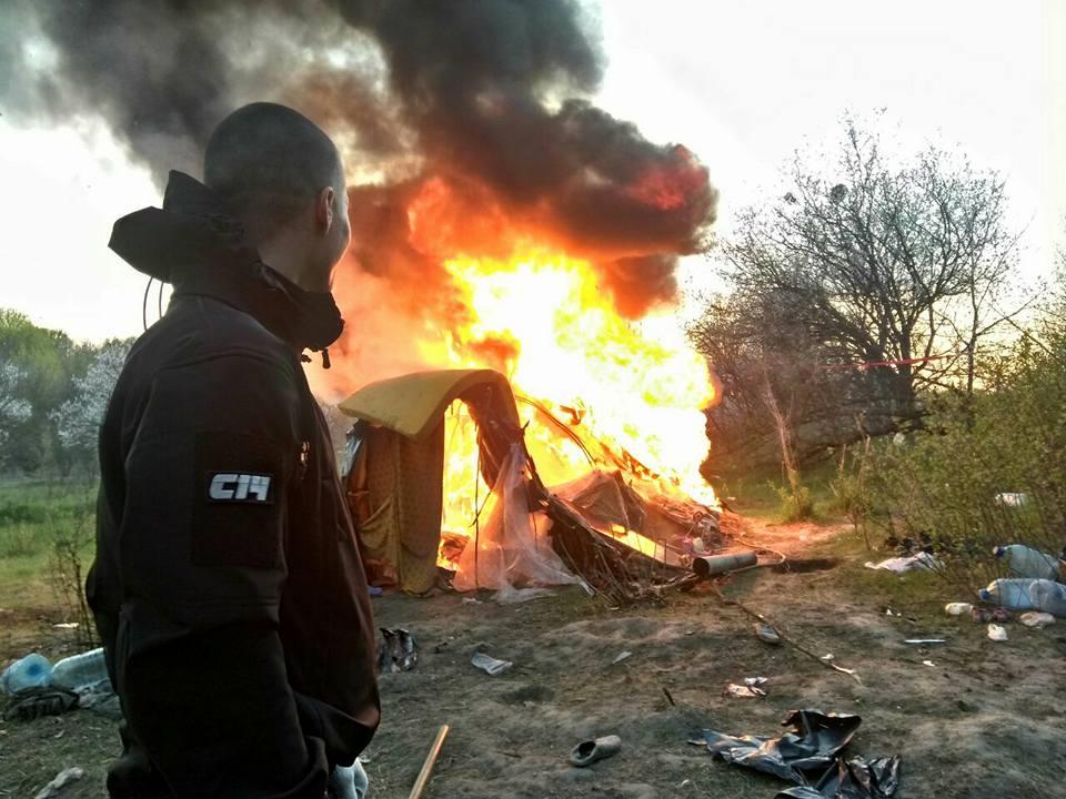 Учасники праворадикальної організації С14 спалили намети та речі ромів